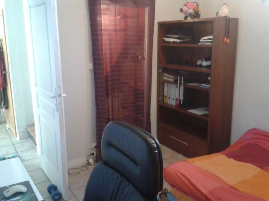Un bureau et une armoire pour vos affaires.