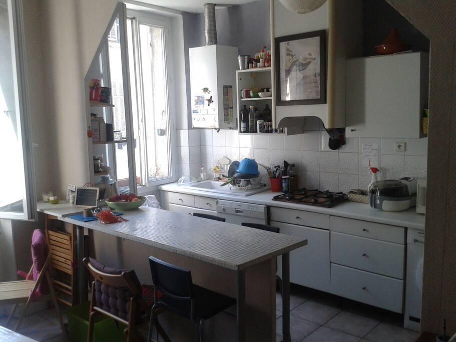 Une cuisine ouverte, toute équipée.