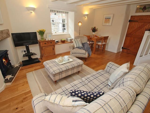 SUNRISE COTTAGE, character holiday cottage in Padstow, Ref 960094