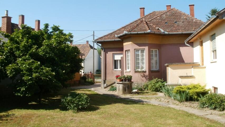 Családi ház kiadó nagy zárt udvarra - Lenti - House
