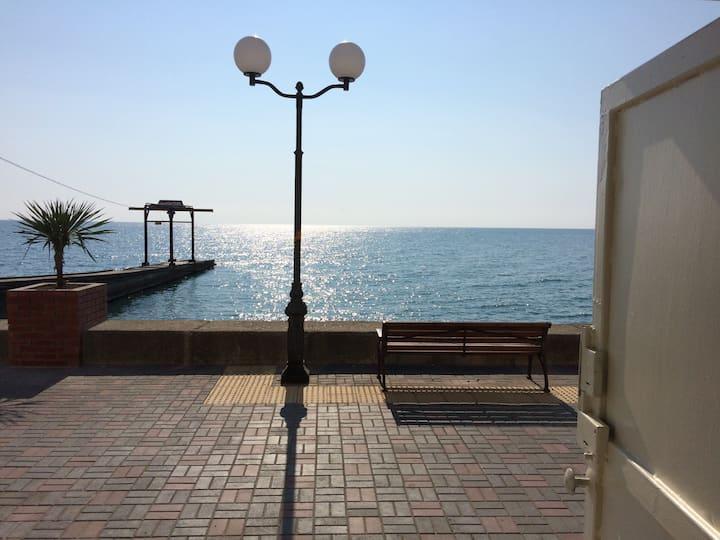 Эллинг на берегу моря