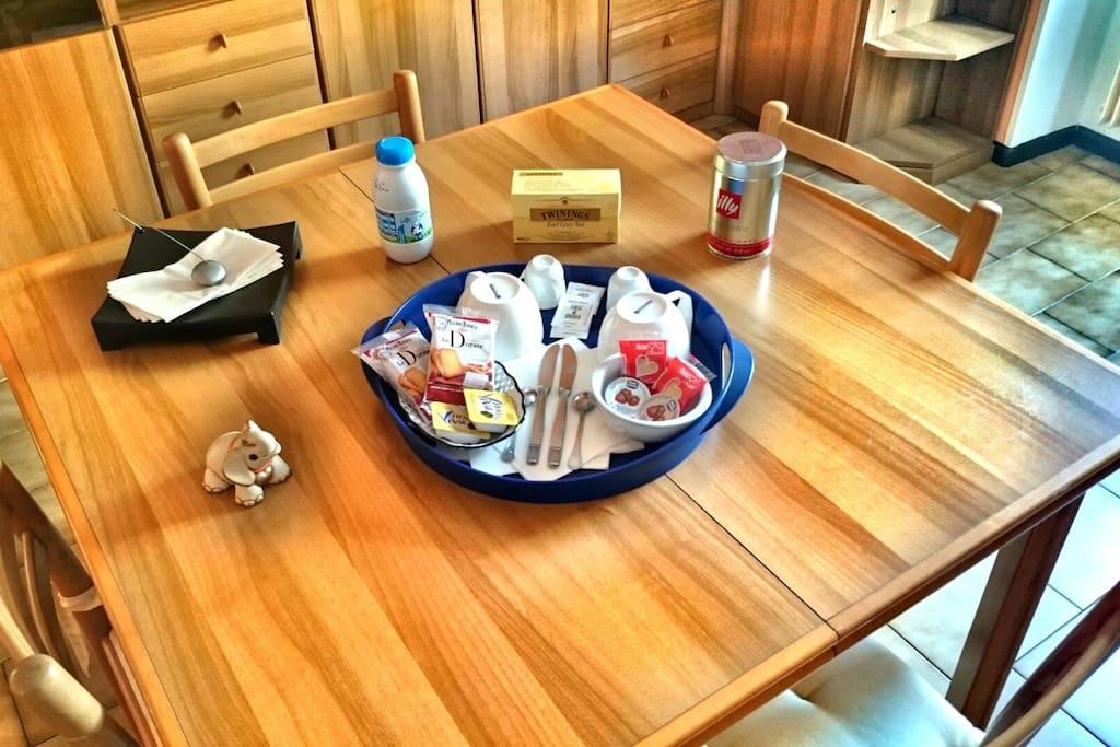 La colazione della mattina è composta da latte, tè, caffè, biscotti, fette biscottate, marmellata e crema di nocciole.