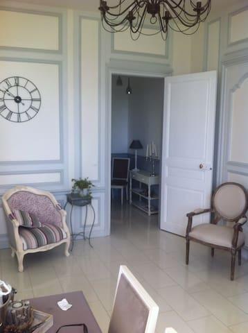 Bel appartement dans château - Saint-Martin-Longueau - Apartamento