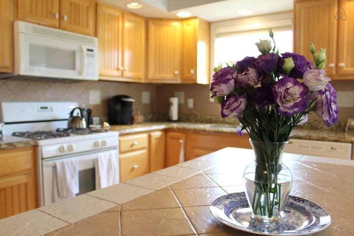 Cozy, Lovely, Warm - 3 Bedroom Home - Champaign - บ้าน