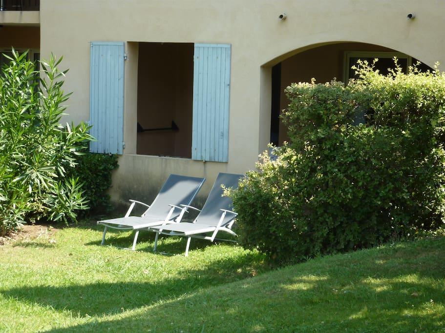 L' espace pelouse et les 2 lits de soleil .