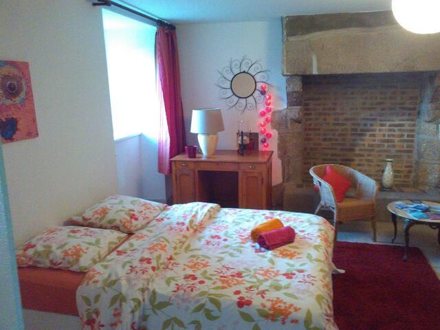 Grande chambre avec un coin salon - Morlaix - House
