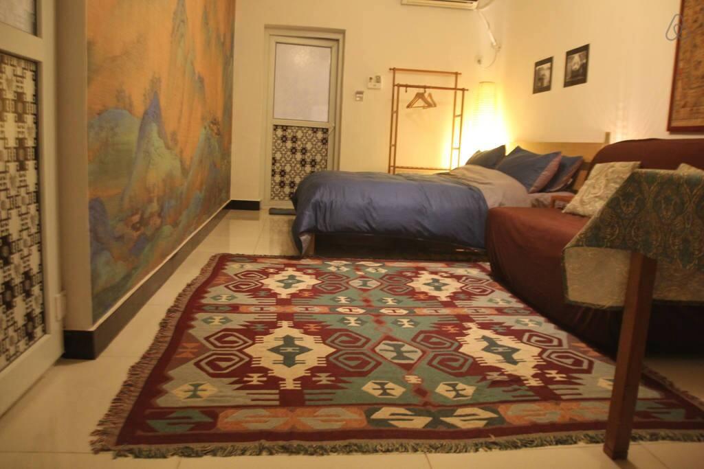 Killim in sitting area. 沙发前的地毯。