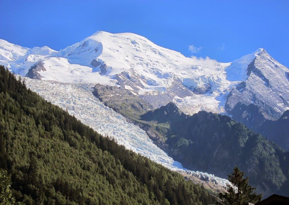 Vue des balcons sur la chaine du Mont-Blanc et le glacier des Bossons