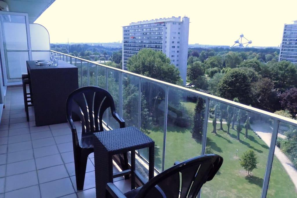 The apartment and its balcony offer a beautiful view on the park and on the Atomium - Donnant sur un parc très calme, l'appartement et sa terrasse offrent une belle vue sur le parc et sur l'Atomium