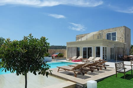 Luxury Villa with Infinity Pool - Is-Siġġiewi