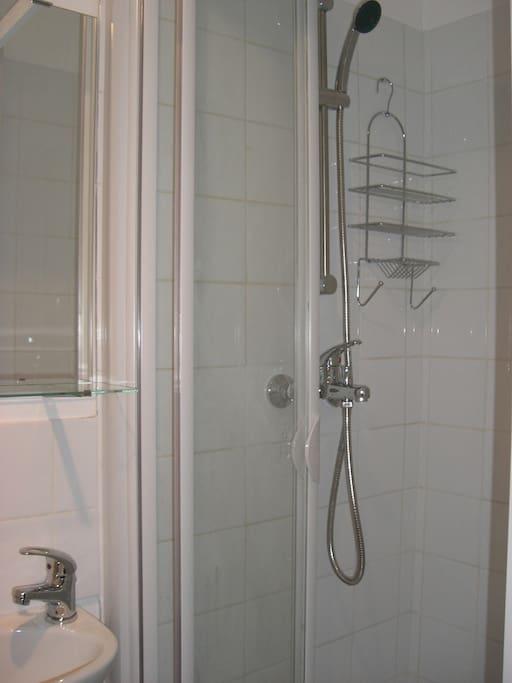 une salle de bain séparée