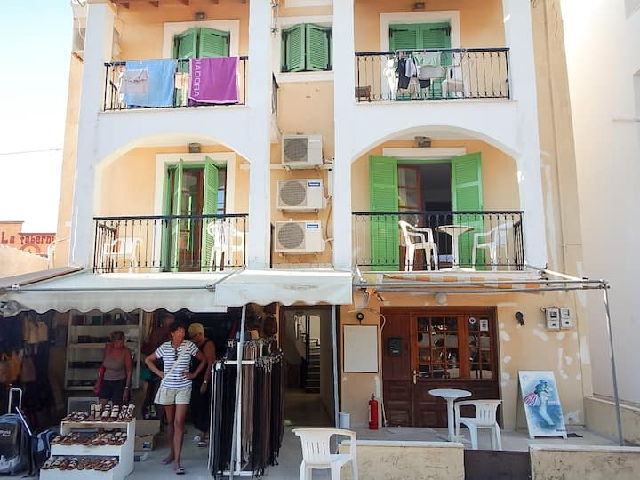 2 bedroom apartment 70m from beach
