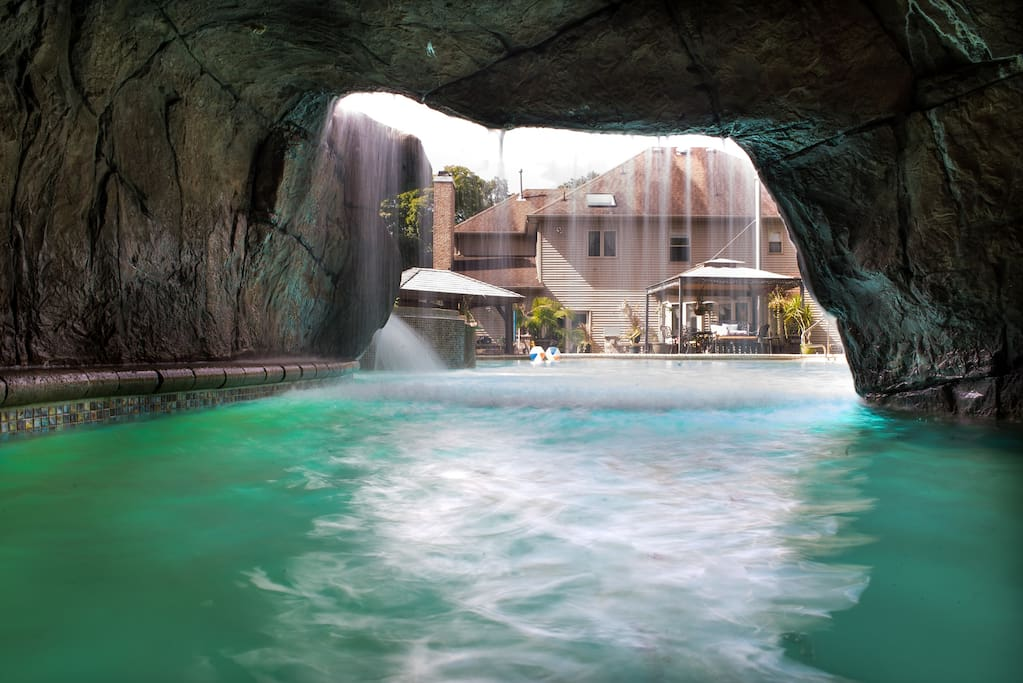 Private mansion theater cave pool maisons louer for Piscine montville