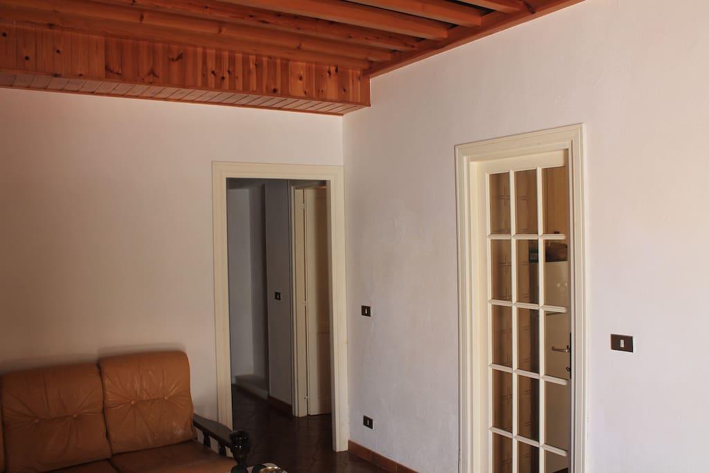soggiorno con corridoio per camere e ingresso cucinino