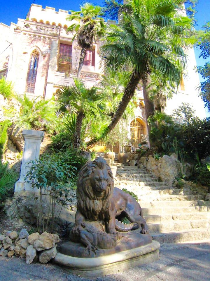 Le domaine du chateau, et sa statue du lion qui en protège l'entrée...