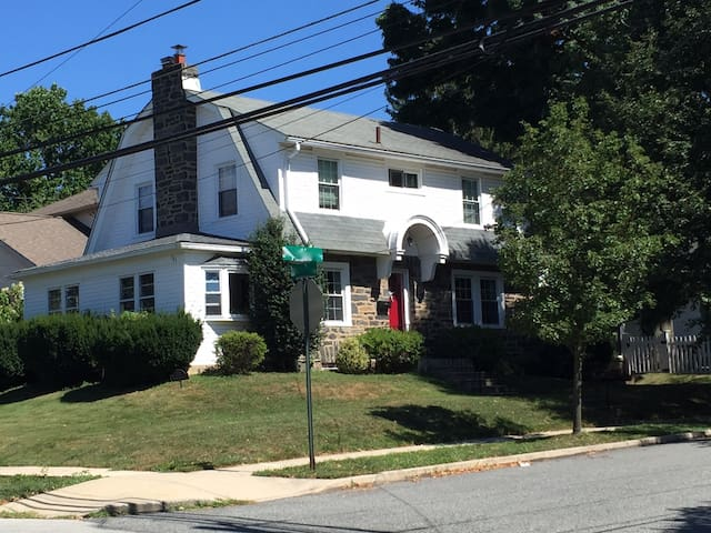 Quiet, updated home + train passes - Ardmore - House