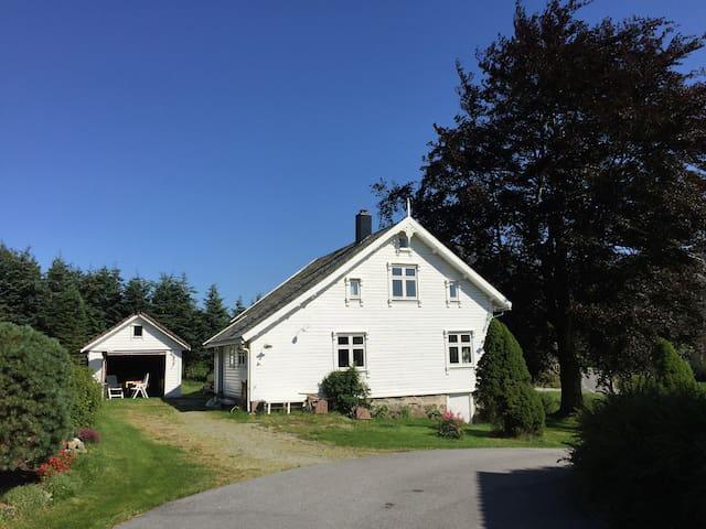 100 år gammel enebolig med sjel - Vikeså - House