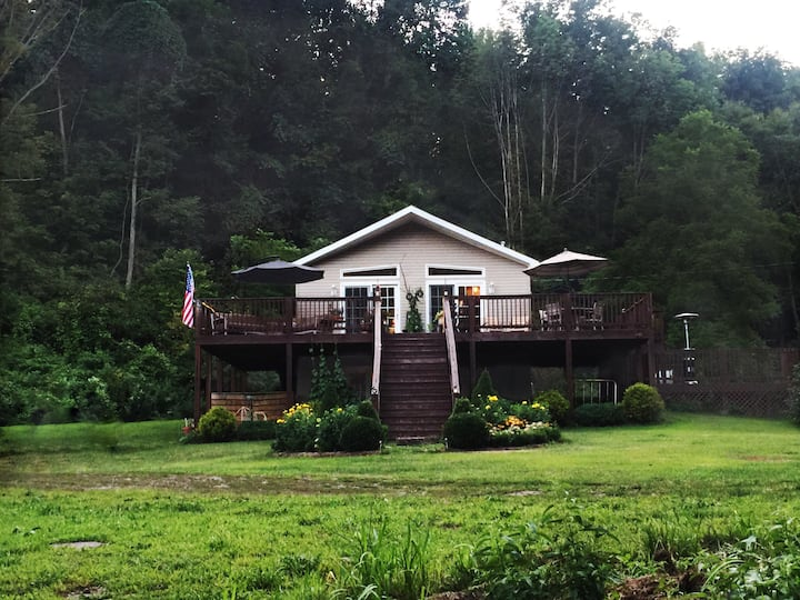 ⚡Secluded Lodge⚡ Couple's Rural Retreat & Hot Tub