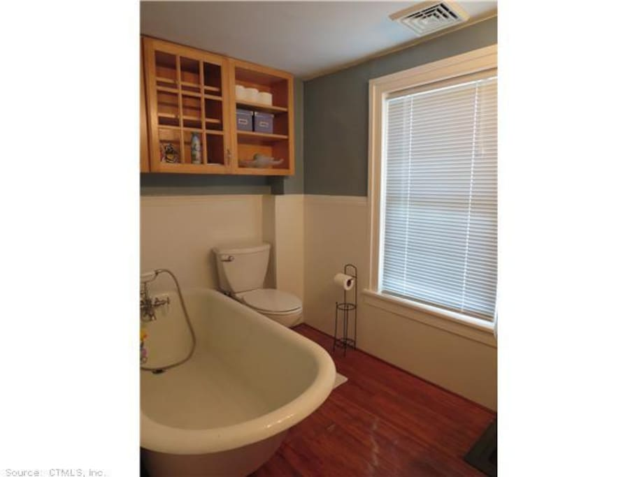 Bathtub also has full shower curtain (not pictured).