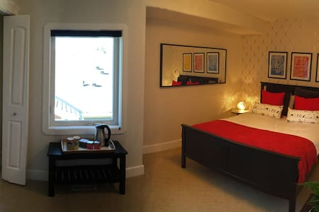 Beautiful double room 15 mins to downtown Calgary - Calgary