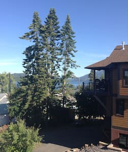 Lovely home by City Beach & a quick walk into darling downtown Whitefish. Bedroom features 2 comfy twin beds & shared bath. Gorgeous designer kitchen, open living area with huge stone fireplace & windows galore with gorgeous views of Whitefish Lake & Lion Mountain. A very special home...with a gracious, welcoming hostess & a welcoming shaggy dog!