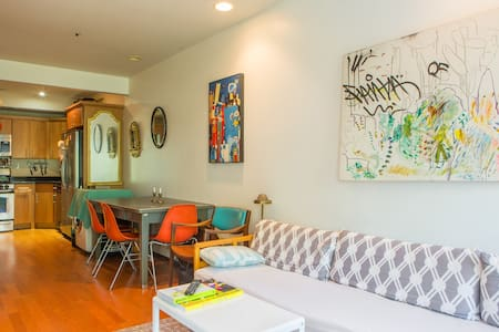 Entire great apartment for a week in Brooklyn, including a family with a little one. 10 min from Barclay Center, Museum, Livrary. Clean Mini crib & pack'n'play available in 600 sqf apartment. Outdoor space, lots of books, wifi.