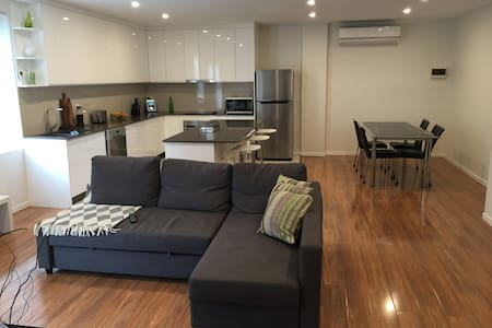 Spacious modern apartment w/parking - Mascot