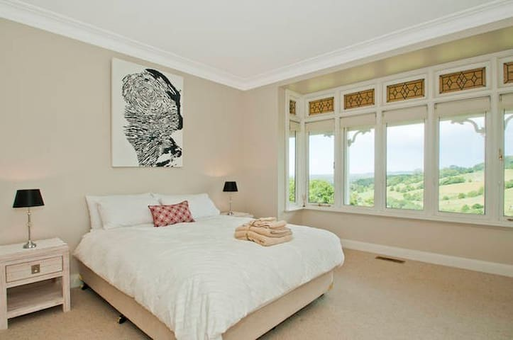 Queen bedroom 1 is a spacious bedroom situated in the northern wing of the house with large bay windows overlooking the back paddocks.  It offers a comfortable queen bed, built-ins and a large ensuite.  All fresh linen supplied.