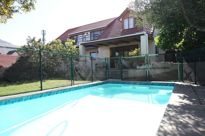 Clivia Cottage spacious garden flat