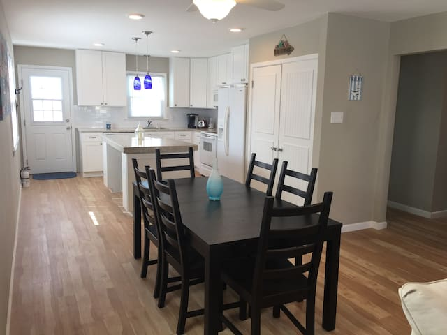 1322 Simpson-Spacious 3 bedroom with 2 Large decks