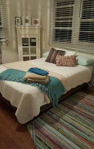 Queen room in cottage near beach - Bed & Breakfast
