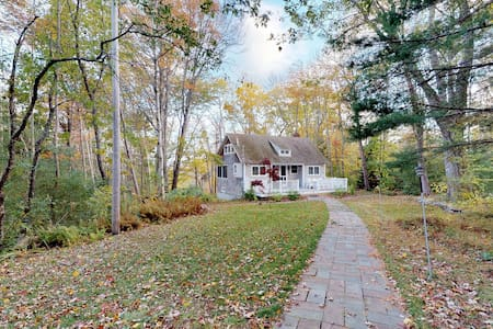 Bayview cottage w/ deck & grill - walk to beach, town & shops!