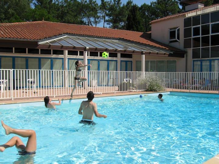 Studio avec piscine, terrasse bois