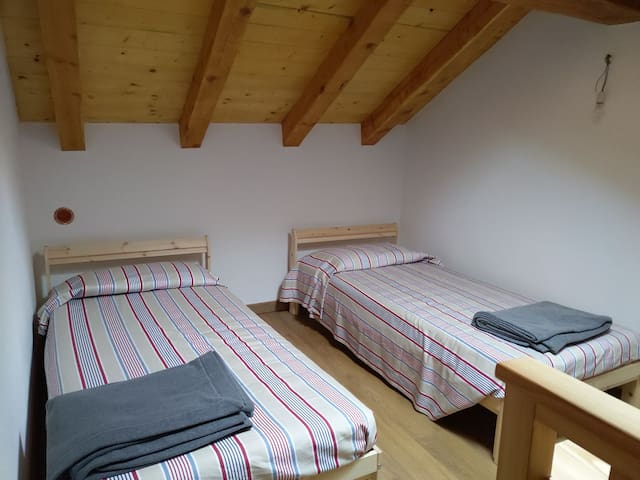 BEDROOM 3 with 2 single beds 90x200cm