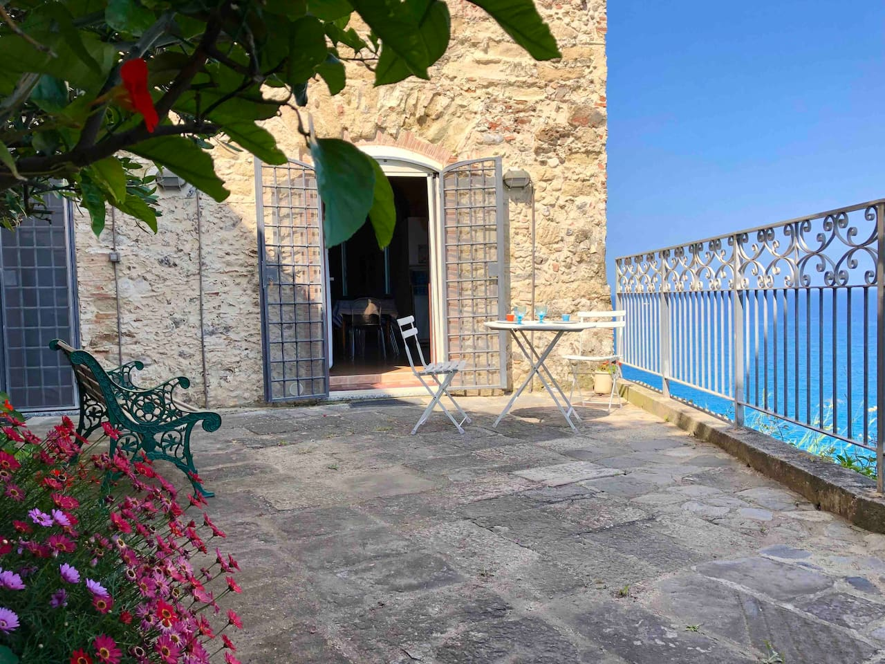 Enjoy your days on this private garden terrace high above the sea!