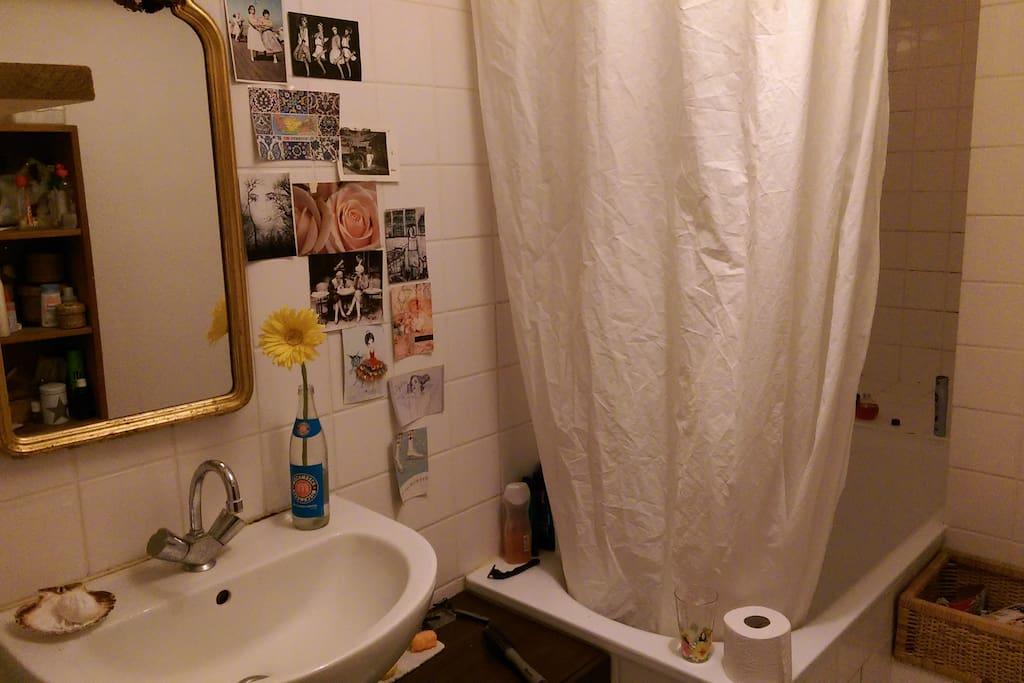 Gemütliches Bad mit Badewanne zur Mitbenutzung