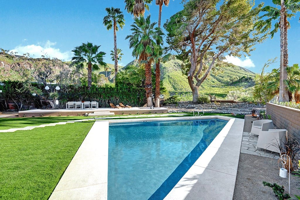 POOL AND MOUNTAIN VIEW - THE PEACH RESIDENCE - PALM SPRINGS VACATION RENTAL POOL HOME