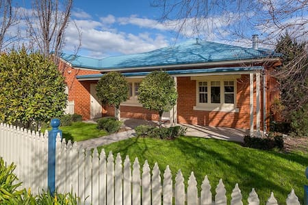'Ampleforth East' - Family Home. - East Albury - House