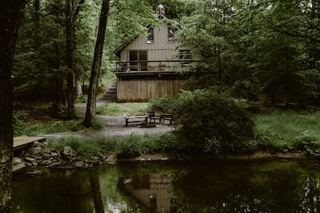 FOX HILL CABIN -Romantic Getaway-Pocono Mountains