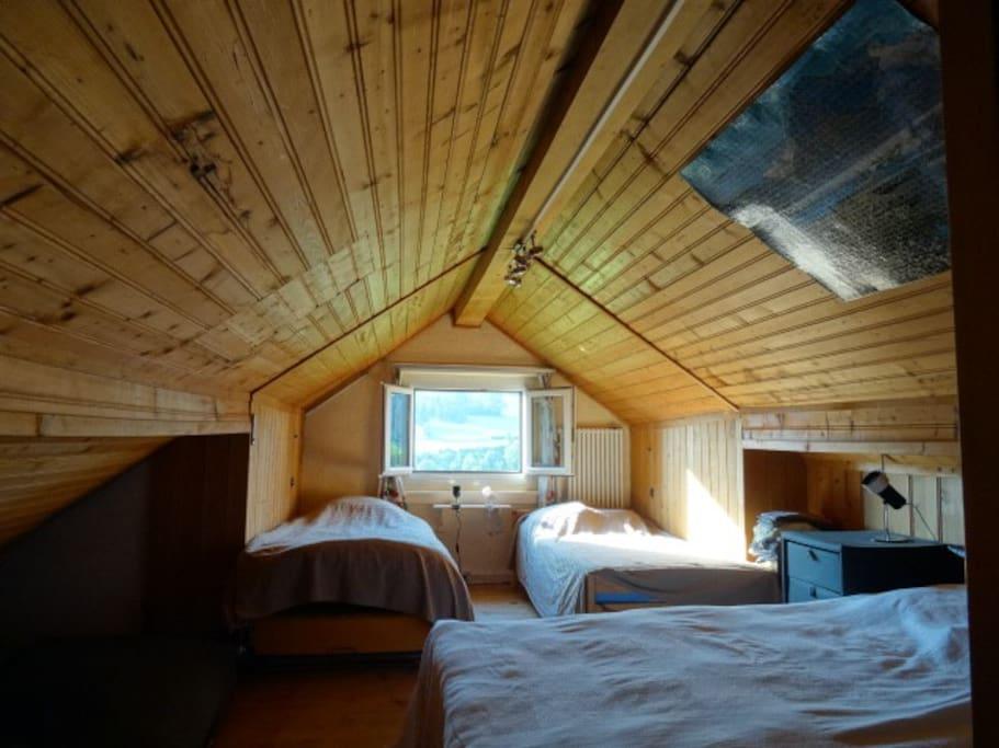 La grande chambre à coucher. ( quatre personnes ).