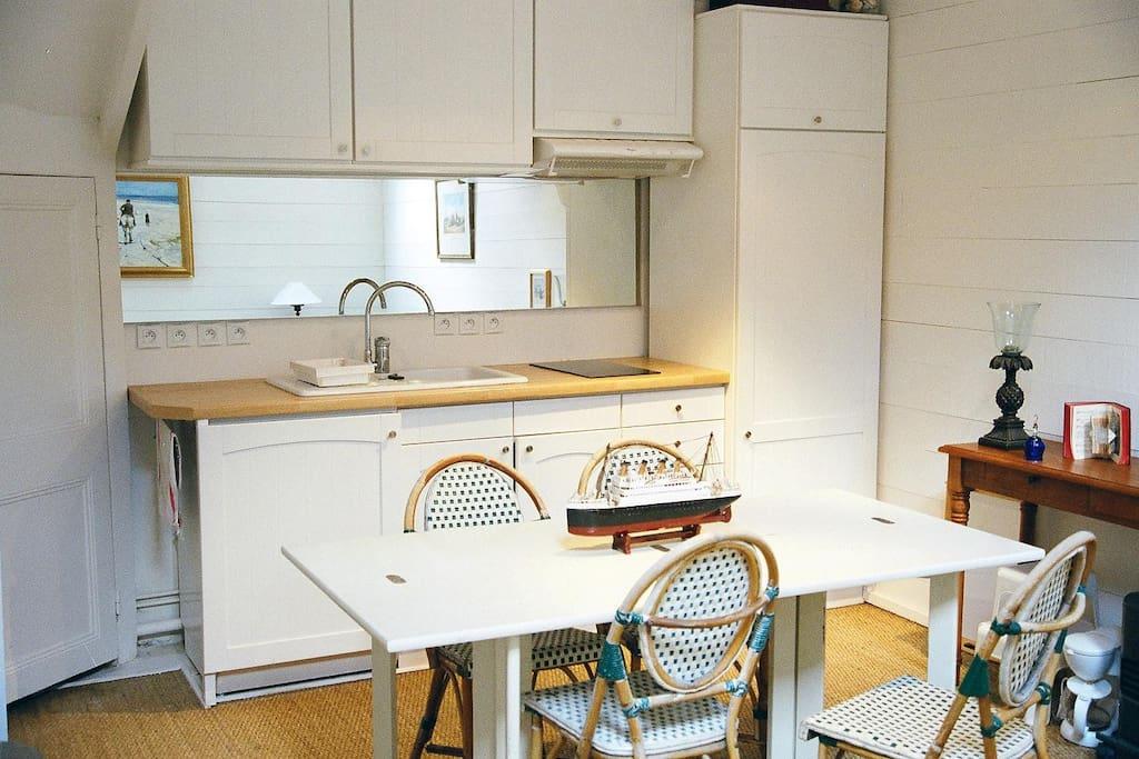 cuisine à l'américaine avec lave vaisselle réfrigérateur congélateur et four micro ondes