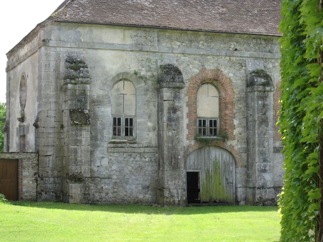 Vue sur l'ancienne église - View of the old church from the cottage