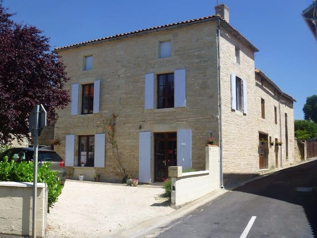 Delightful 3 bedroom BnB in Tusson - Tusson - Penzion (B&B)