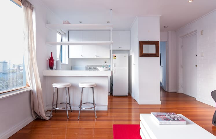 One bdrm, top flr apt, Albert Park