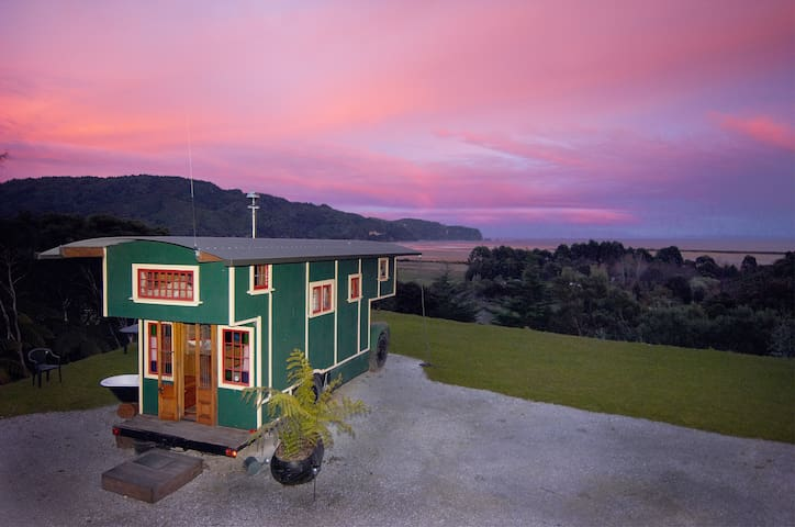 The Amazing House Truck! -  Wainui Bay - Autocaravana