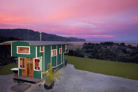 The Amazing House Truck! -  Wainui Bay - 露營車