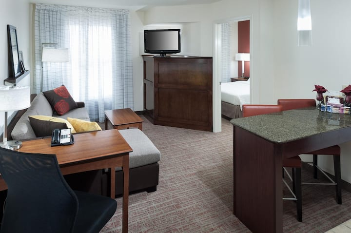 Free Breakfast 1 Bedroom Suite + Sofa Bed Hotel