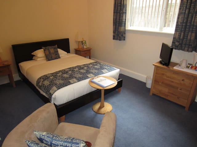 The Old Bungalow B&B. Room 6 Double - Cirencester - Bed & Breakfast