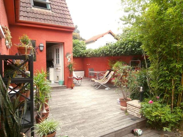 "Large modern ""suite"" in a pretty house with garden - Montreuil"