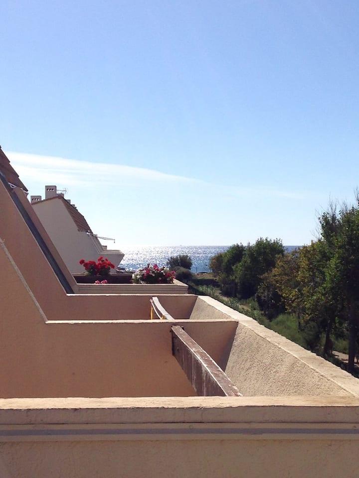 T1 climatisé, piscine, vue mer â 100m de la plage